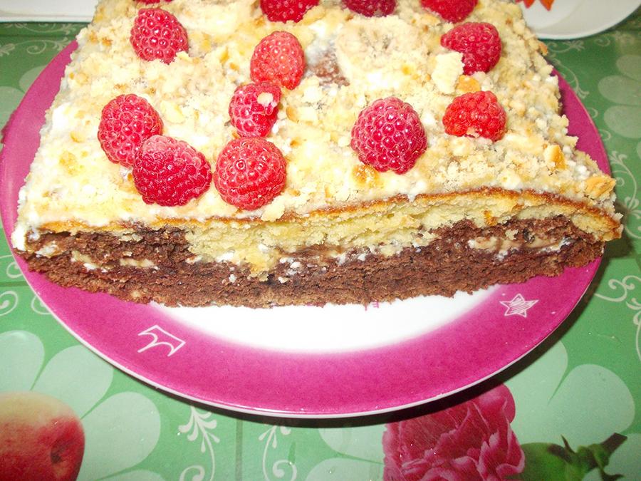 Легкий летний торт с малиной и бананом