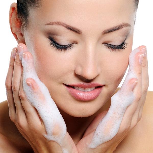 Начинаем мыть лицо