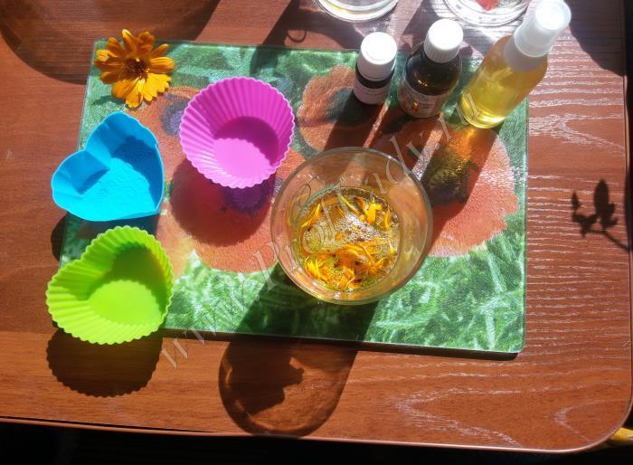 Добавляем листья календулы персиковое масло и отдушки
